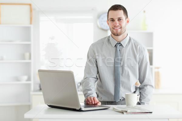 бизнесмен используя ноутбук питьевой чай кухне бизнеса Сток-фото © wavebreak_media