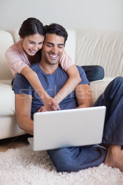 Stok fotoğraf: Portre · çift · dizüstü · bilgisayar · kullanıyorsanız · oturma · odası · bilgisayar