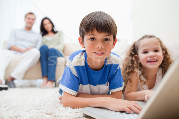 Stok fotoğraf: Sevimli · oynayan · çocuklar · bilgisayar · oyunları · dizüstü · bilgisayar · birlikte