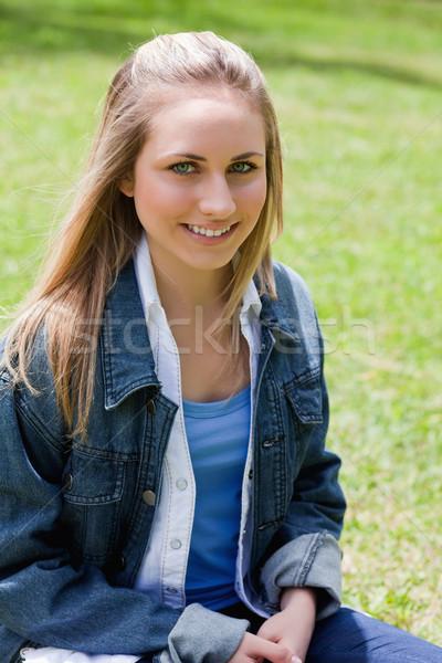 Jeunes séduisant fille séance herbe Photo stock © wavebreak_media