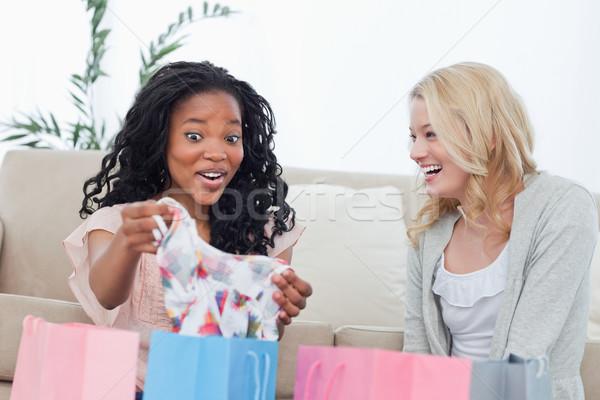 Dwa śmiechem kobiet patrząc ubrania kupiony Zdjęcia stock © wavebreak_media