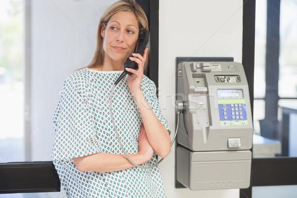 Foto d'archivio: Femminile · paziente · tenere · telefono · ospedale · corridoio