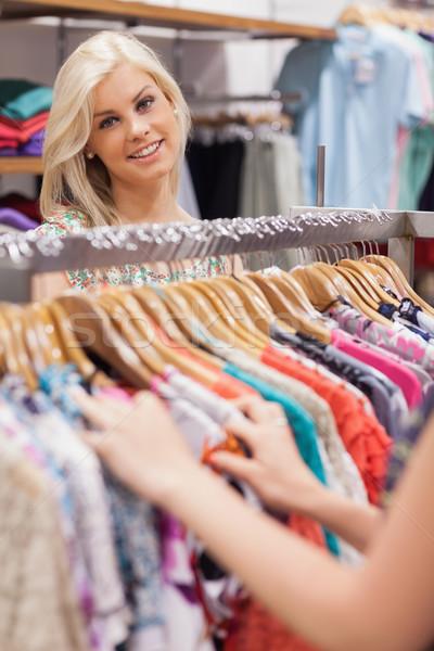 Mulher em pé boutique sorrindo sorridente Foto stock © wavebreak_media