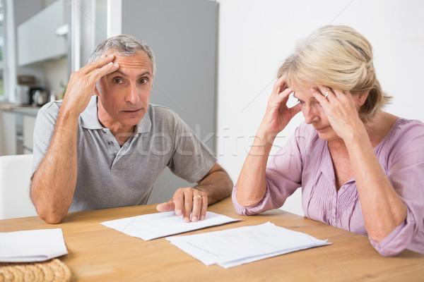 Concentrado Pareja lectura documentos junto mesa Foto stock © wavebreak_media