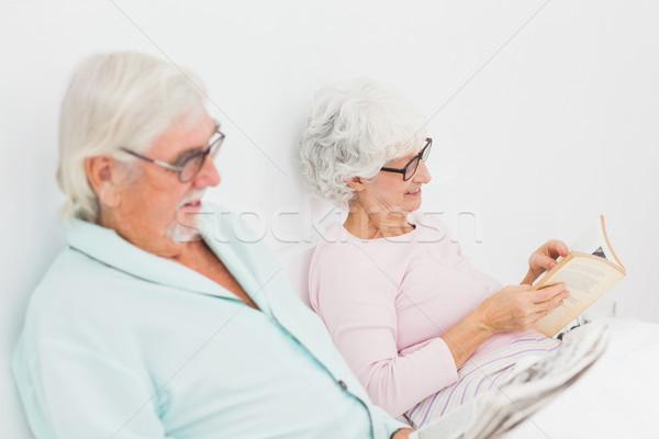Mąż żona czytania bed starszych człowiek Zdjęcia stock © wavebreak_media