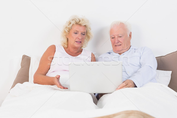 пару чтение таблетка кровать компьютер Сток-фото © wavebreak_media