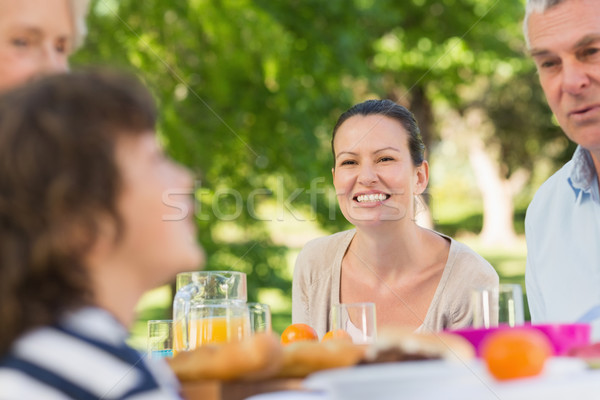 Vrouw vergadering familie outdoor eettafel glimlachend Stockfoto © wavebreak_media