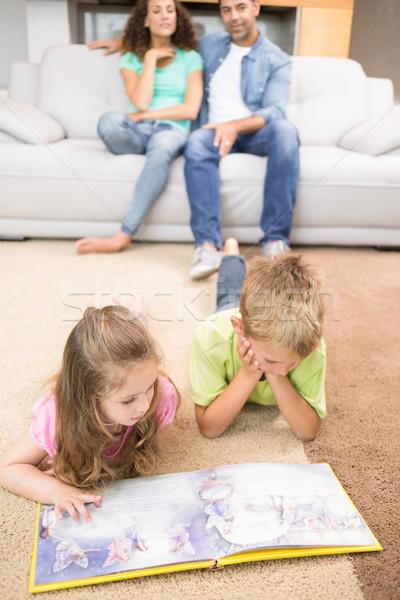 Gelukkig broers en zussen lezing verhalenboek home Stockfoto © wavebreak_media