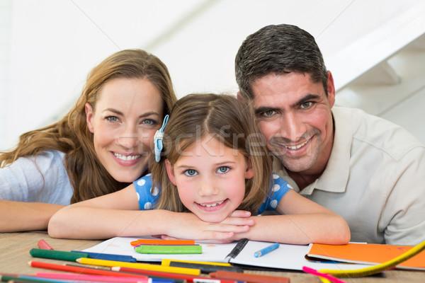 Rodziny książki kredki posiedzenia tabeli portret Zdjęcia stock © wavebreak_media