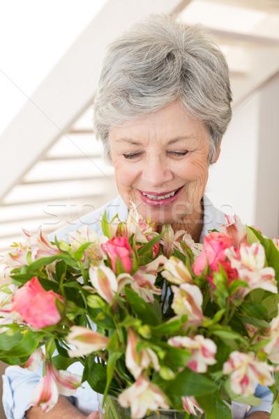 Jubilado mujer ramo flores sonriendo Foto stock © wavebreak_media