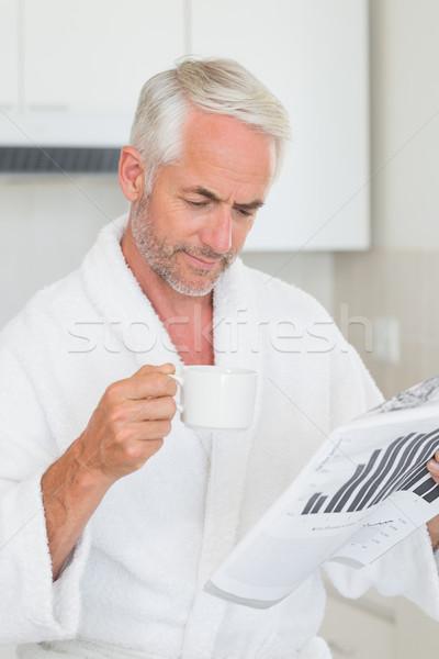 Сток-фото: счастливым · человека · чтение · газета · завтрак · халат