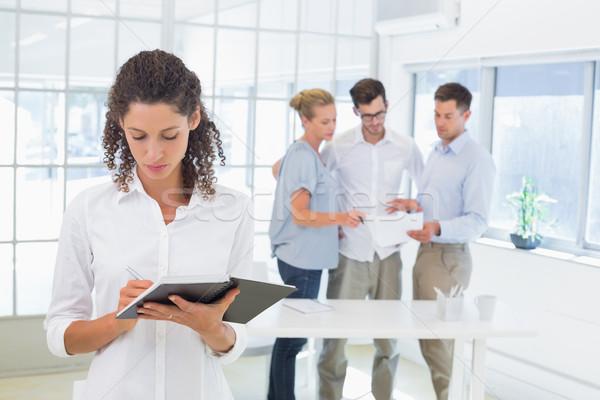 Toevallig zakenvrouw schrijven dagboek kantoor man Stockfoto © wavebreak_media