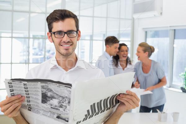 Toevallig zakenman krant glimlachend camera Stockfoto © wavebreak_media