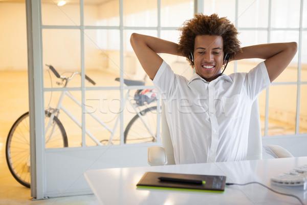 Gündelik genç işadamı kulaklık büro ofis Stok fotoğraf © wavebreak_media