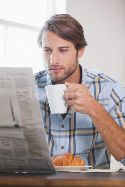 Knappe man drinken koffie lezing krant home Stockfoto © wavebreak_media