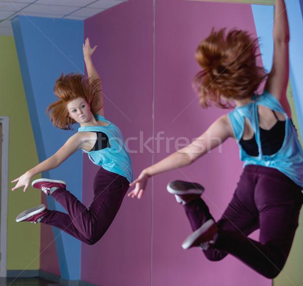 Güzel kırmak dansçı atlama yukarı bakıyor Stok fotoğraf © wavebreak_media