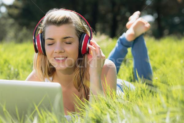 Joli herbe utilisant un ordinateur portable écouter de la musique Photo stock © wavebreak_media
