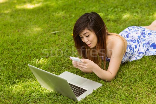 Mooie vrouw park mooie jonge vrouw telefoon Stockfoto © wavebreak_media