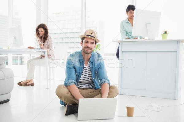Glimlachend zakenman vergadering vloer met behulp van laptop collega's Stockfoto © wavebreak_media