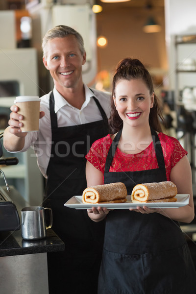 Serveuse souriant caméra gâteaux café Photo stock © wavebreak_media