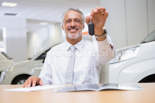 улыбаясь продавцом клиентов ключи от машины Новый автомобиль выставочный зал Сток-фото © wavebreak_media
