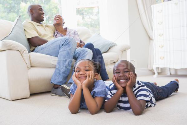 Szczęśliwy rodzeństwo posiedzenia piętrze oglądanie telewizji domu Zdjęcia stock © wavebreak_media