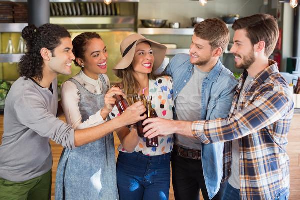 Foto stock: Amigos · cerveza · botellas · restaurante · feliz