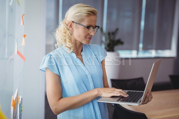 Aandachtig uitvoerende met behulp van laptop kantoor computer vrouw Stockfoto © wavebreak_media