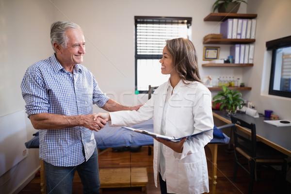 Gülen kıdemli erkek hasta kadın terapist Stok fotoğraf © wavebreak_media