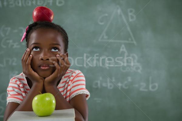 女学生 座って 赤いリンゴ 頭 黒板 ストックフォト © wavebreak_media