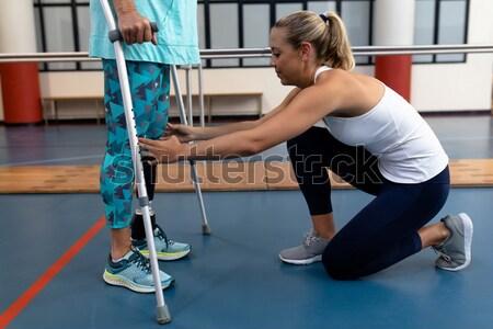 Mannelijke helpen patiënt oefening weerstand Stockfoto © wavebreak_media