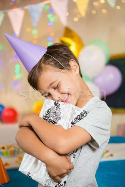 Fiú átkarol ajándék doboz születésnapi buli otthon szeretet Stock fotó © wavebreak_media