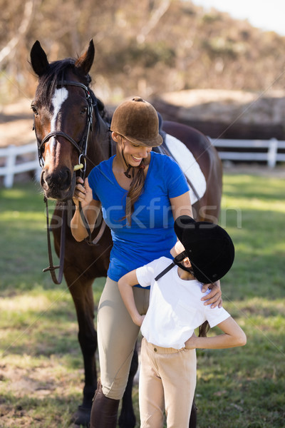 улыбающаяся женщина глядя девушки оружия Постоянный лошади Сток-фото © wavebreak_media