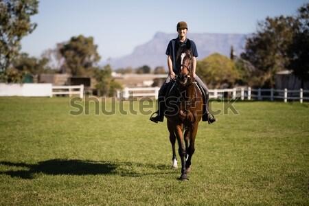 Vrienden paardrijden paard centrum vrouwelijke Stockfoto © wavebreak_media