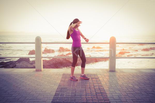 Zmęczony dopasować kobieta smart oglądać promenada Zdjęcia stock © wavebreak_media