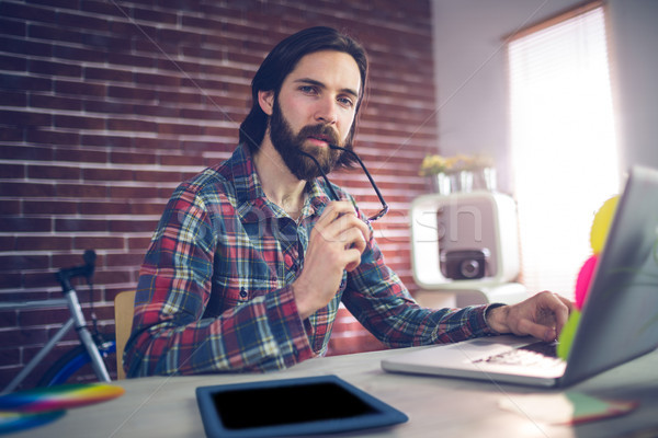 Portret nadenkend zakenman met behulp van laptop creatieve kantoor Stockfoto © wavebreak_media