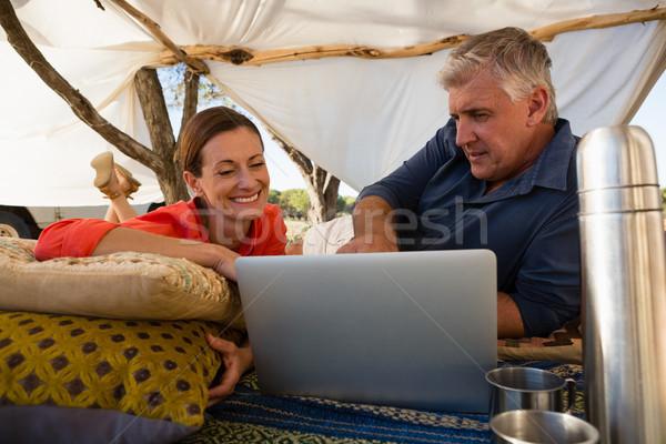 Para patrząc laptop namiot miłości Zdjęcia stock © wavebreak_media
