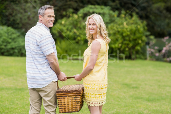 Gelukkig paar picknickmand buiten vrouw Stockfoto © wavebreak_media