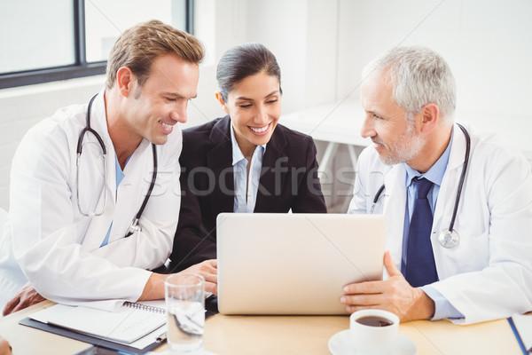 Stok fotoğraf: Tıbbi · takım · dizüstü · bilgisayar · kullanıyorsanız · konferans · salonu · mutlu · hastane
