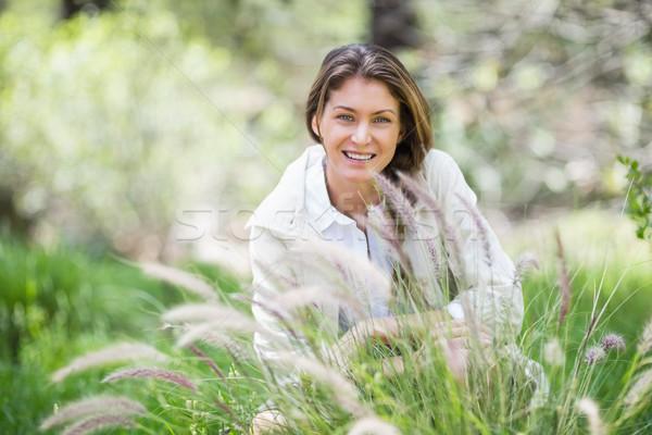 Portret gelukkig vrouw hurken grasachtig veld Stockfoto © wavebreak_media