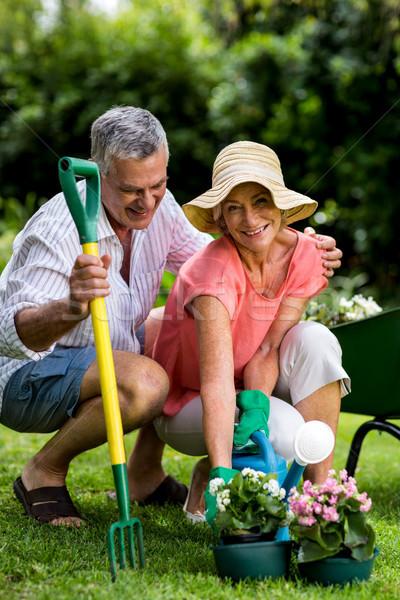 Glimlachend tuinieren uitrusting genieten man Stockfoto © wavebreak_media
