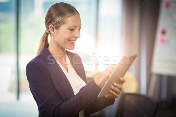 Femme d'affaires numérique comprimé bureau femme internet Photo stock © wavebreak_media