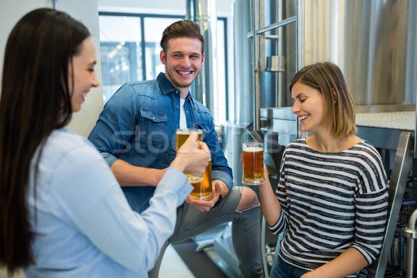Sör sörfőzde boldog nő barátok ipar Stock fotó © wavebreak_media