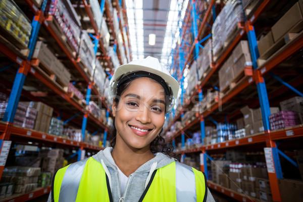 Sonriendo femenino trabajador portapapeles almacén Foto stock © wavebreak_media