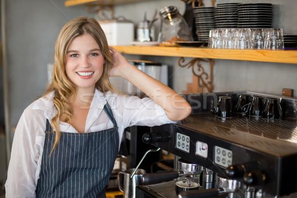 Retrato sorridente garçonete copo café Foto stock © wavebreak_media