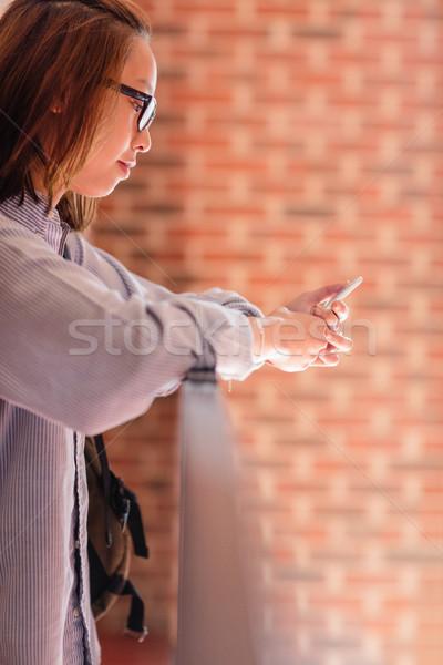 Jonge vrouw mobiele telefoon gang college vrouw onderwijs Stockfoto © wavebreak_media