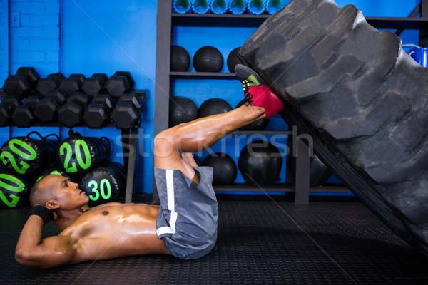 Foto stock: Vista · lateral · masculino · atleta · pneu · ginásio