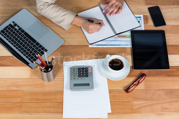 Mujer de negocios escrito diario oficina mujer papel Foto stock © wavebreak_media