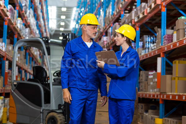 Armazém trabalhadores discutir clipboard mulher escrita Foto stock © wavebreak_media