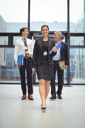 Gens d'affaires discussion bureau couloir permanent femme Photo stock © wavebreak_media